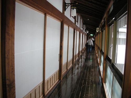 磨かれた廊下