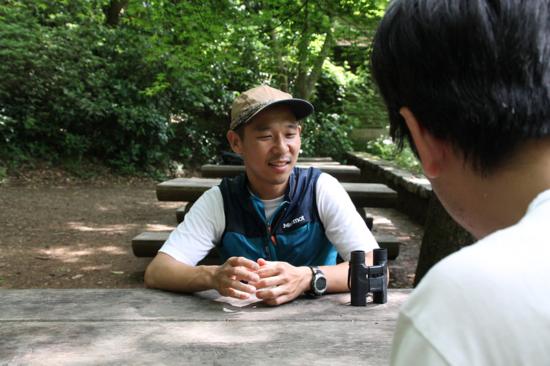 インタビューは山頂周辺で。取材中にキビタキの姿も見られました。