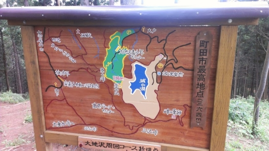 草戸山頂上にあった地図。このあと草戸峠~高尾山口に進みます。