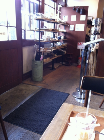 ロータリーに面したカフェは自然光がたくさん入り、明るくて落ち着く雰囲気です。