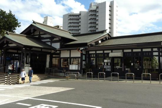高尾駅北口の駅舎に隣接しています(右が一言堂)