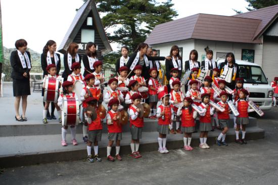 鼓笛隊の子どもたち。地元の幼稚園児のようです。