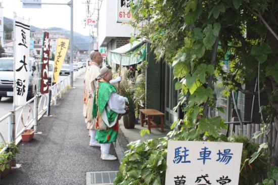 高尾駅北口の商店で祈祷をする山伏たち