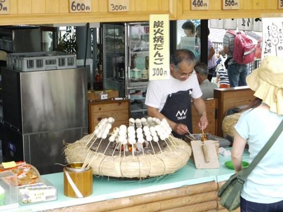店頭で焼きたての団子にくるみ味噌を塗ってくれます。