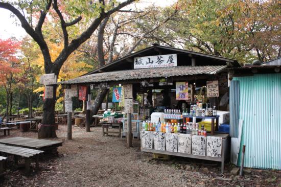 城山茶屋。今では多くメニューで登山客をもてなしてくれる。
