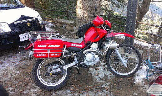 雪の日に浄心門付近で停まっているバイク