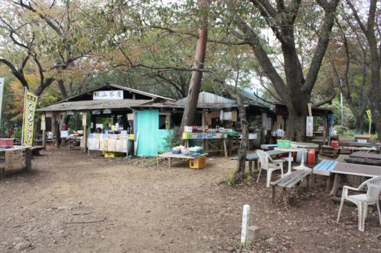 小仏城山の2軒の茶屋。左が城山茶屋。