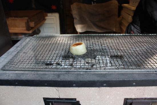 店先で焼かれているおやき。炭火で焼かれておいしそうです。。