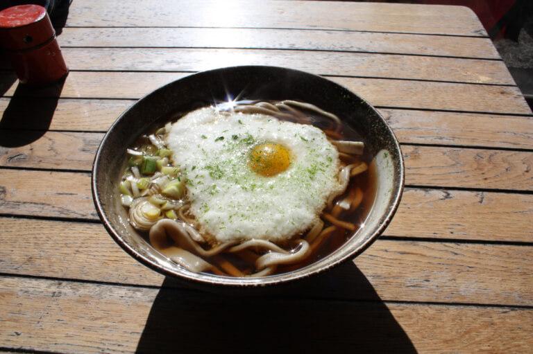 曙亭のとろろそばは、しっかりとした太麺