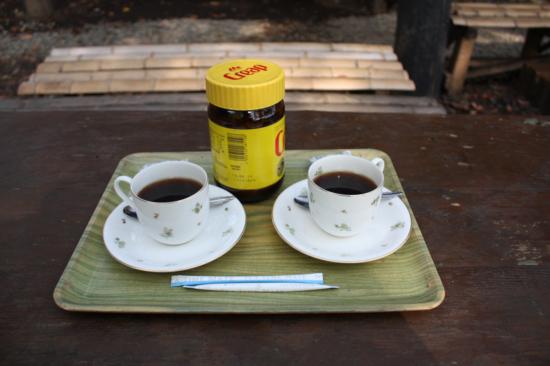 窯焚きのお湯で淹れたコーヒー。200円。この景色の中で飲むコーヒーは格別。