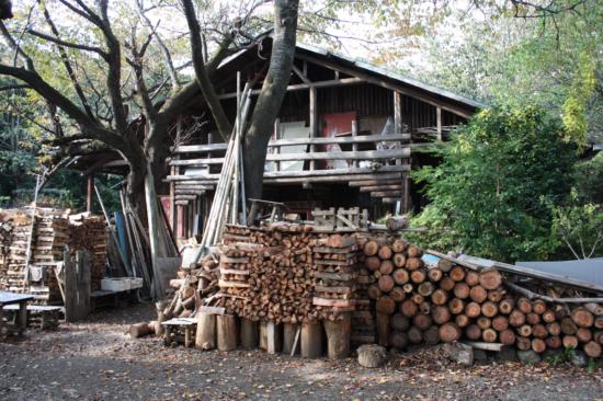 城山茶屋の横に建つ小屋。倒木を利用して建てられた。
