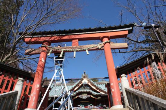 鳥居は急な階段を昇ったところにあり、高所での作業になります。