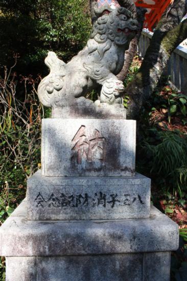 仁王門への階段の脇に「八王子消防記念会」が奉納した像を見つけました。