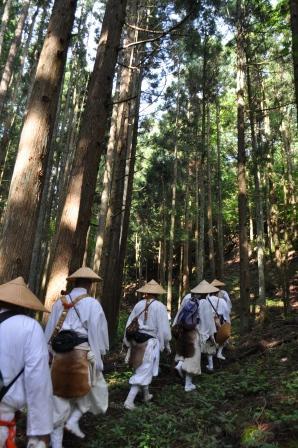 富士登拝徒歩連行の様子。c)高尾山薬王院