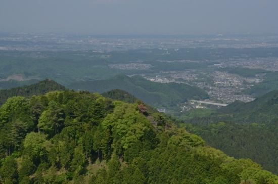景信山山頂から都心方向、新緑と街