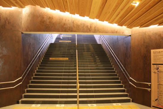 階段部分も照明が美しいです