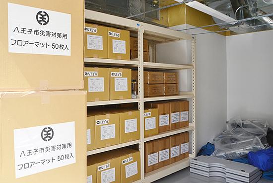 施設の裏には防災用品を備えた倉庫がある。