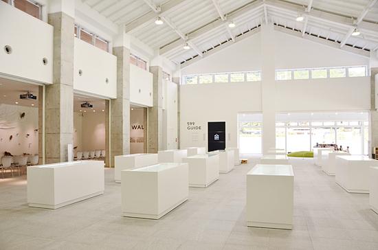 ミュージアムの内観。ガラス面を多く取り入れ開放的な空間になっている。