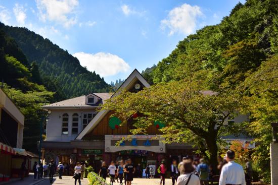 平日にも関わらず賑わっています! 稲荷山コースは向かって左側のケーブルカー脇に登山口があります。