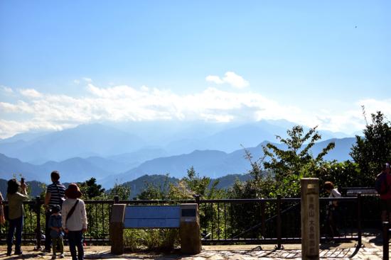 山頂に到着です!午後なので霞んでますが、いい景色です。