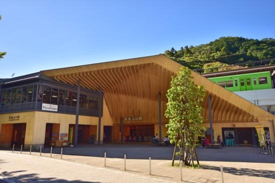 美しい高尾山口駅。デザインは話題の新国立競技場を手がけられた隈研吾氏です。 木のぬくもりが素敵な駅。
