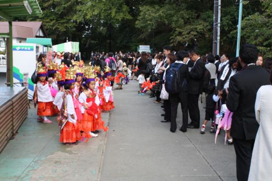 稚児行列に参加する子どもたち。着飾って可愛いです。