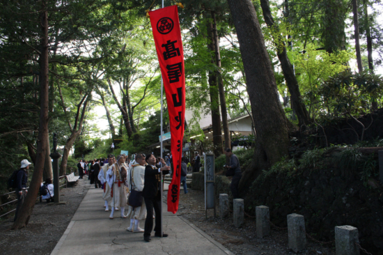 たこ杉のあたりで先頭旗があがり、パレードの始まりです。