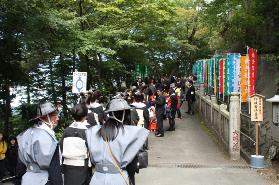 行列は小高い有喜苑に向かいます。(権現茶屋の向かいから入る)