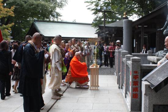 薬王院に到着後、天狗像の前でご祈祷になりました。
