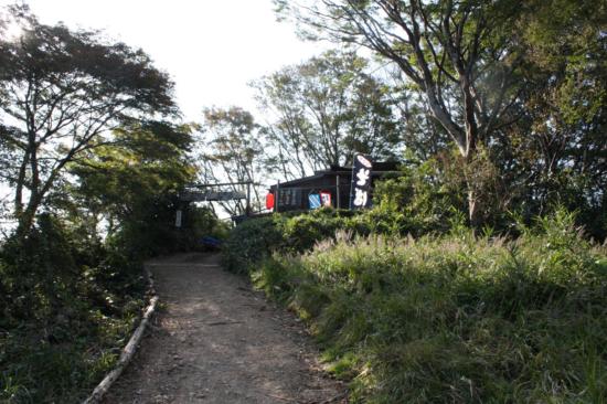 「これより奥高尾」の看板の後ろを登ったところに細田屋がある。