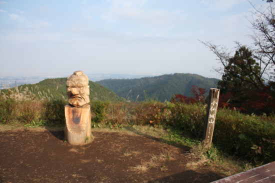 小仏城山から高尾山を望む。
