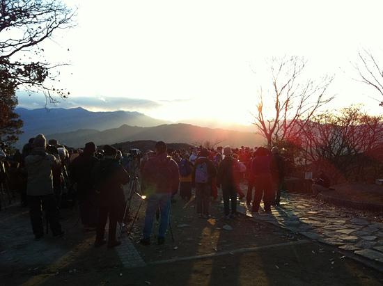 山頂には多くの人が見学に訪れる