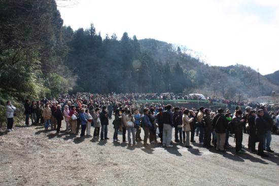儀式の前から火渡り待ちの長蛇の列が出きています。