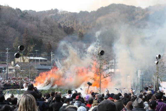 点火直後の様子。煙とともに炎が立ち上がります。