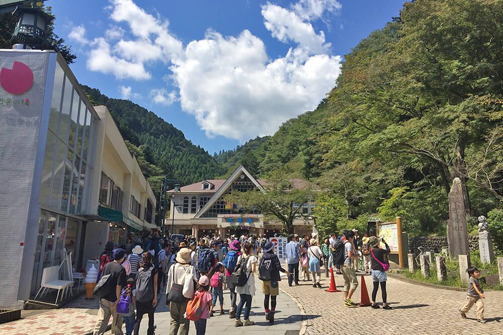 高尾山を訪れる人々